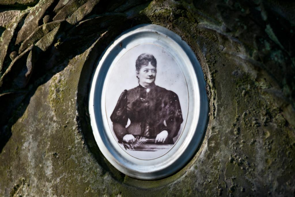 Cmentarz Stary wKielcach – fotografia nagrobkowa zdorysowanymi pośmiertnie oczyma